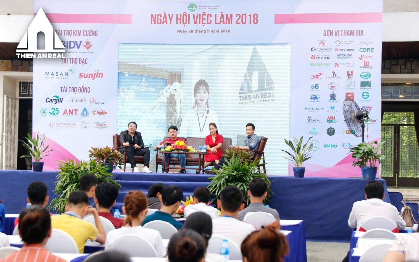 Hàng ngàn sinh viên bị thu hút bởi gian hàng của Thiên An Real
